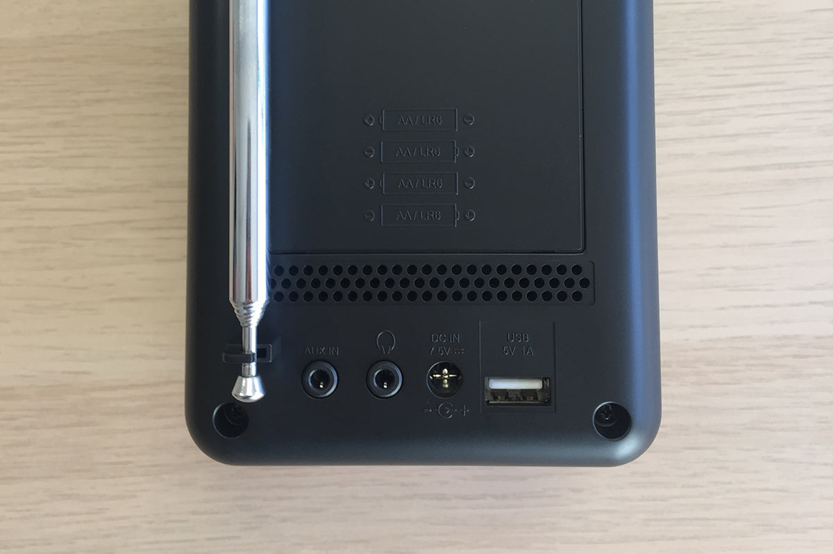 Le poste de radio Blutune T2 détient un port USB pour lecture, une entrée casque audio et auxiliaire à l'arrière du poste