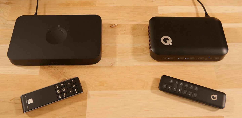 Les deux stations d'accueil Dali et Q Acoustics pour le branchement des sources audio et la diffusion par une liaison sans fil vers les enceintes actives