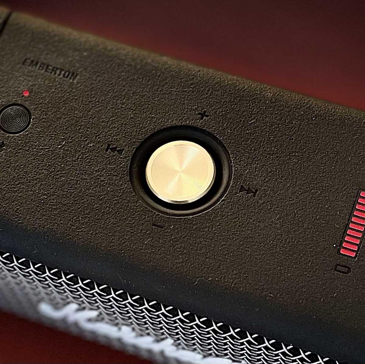 Un gros joystick sur 4 axes pour le volume sonore, la gestion de la playlist et la mise en route de l'enceinte