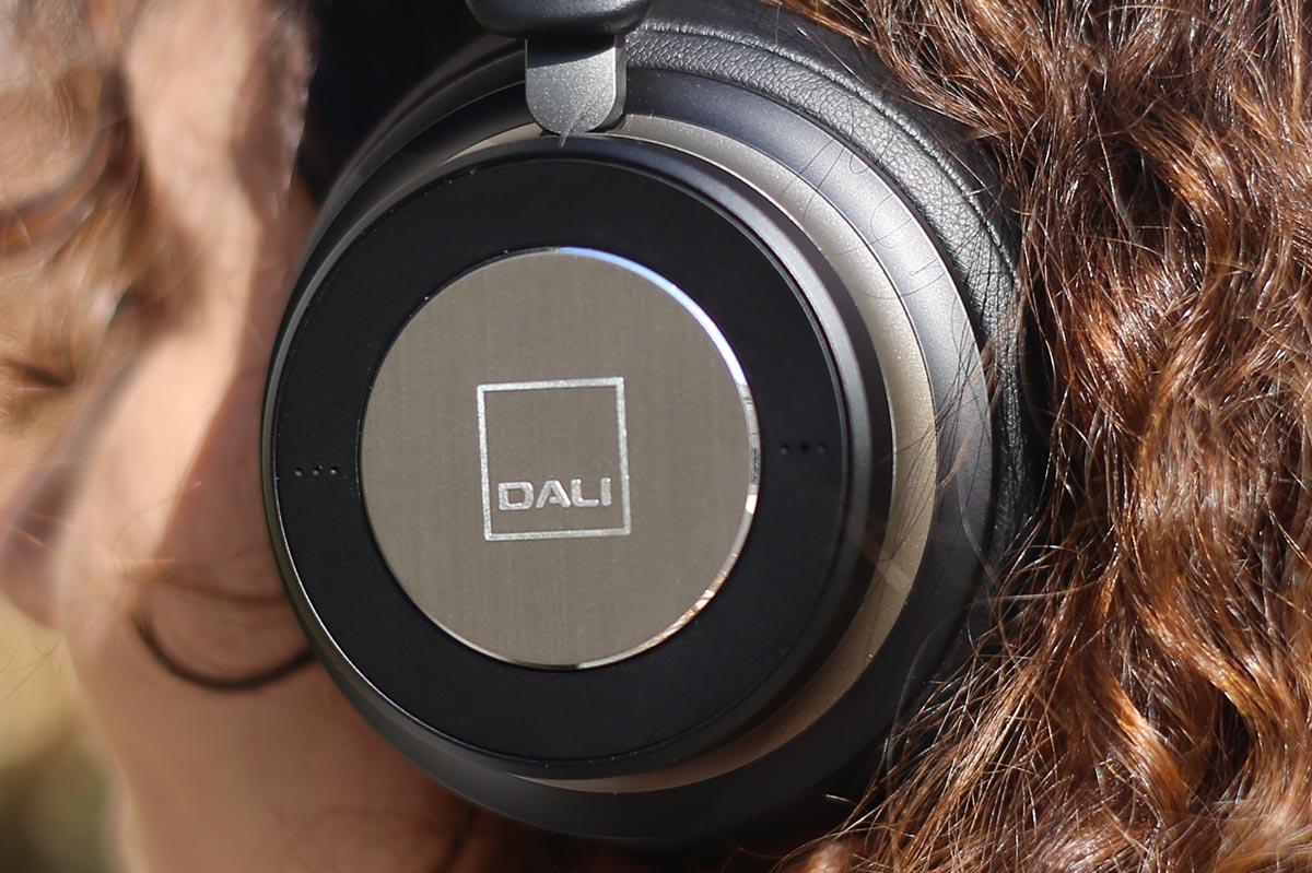 Vous retrouvez le logo Dali visible sur le dessus des écouteurs, gravé sur une plaque métallique.