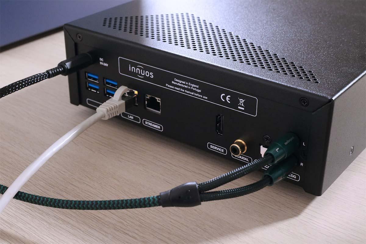 La face arrière présente toutes les connectiques audio numérique, analogique et réseau