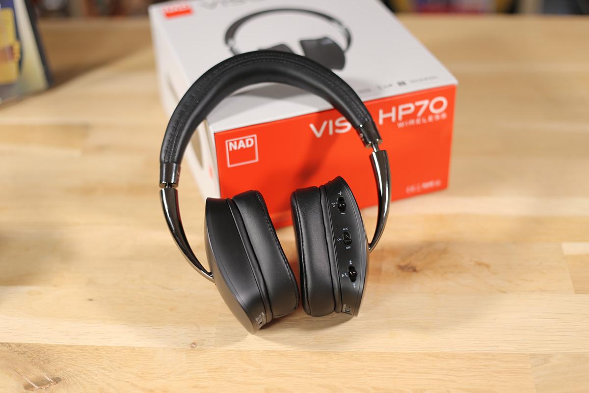 Les commandes du casque NAD HP70 sont accessibles directement sur la tranche arrière de l'écouteur droit.