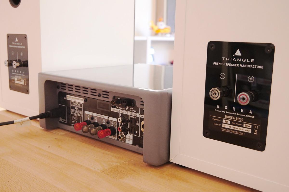 Les connectiques audio de l'ampli Denon CEOL N11 et des haut-parleurs Triangle BR02