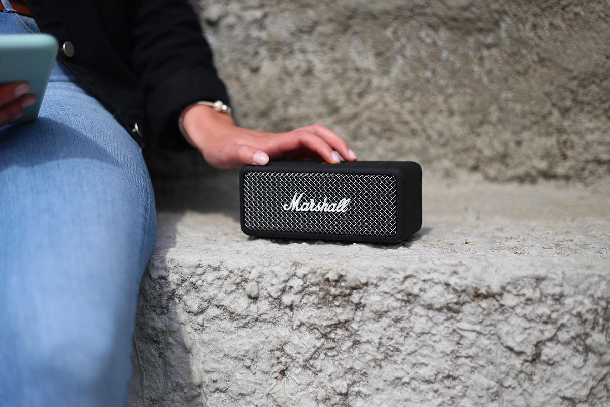 Avec sa batterie intégrée d'une autonomie de 20h et rapidement rechargeable, profitez de vos musiques durant de longues après-midi.
