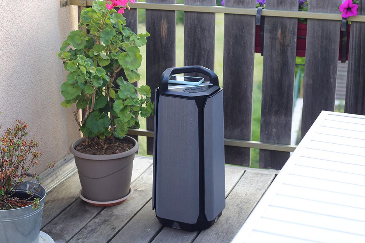 L'enceinte Soundcast VG7 SE, à positionner sur votre terrasse ouverte ou bien dans votre jardin près de votre piscine
