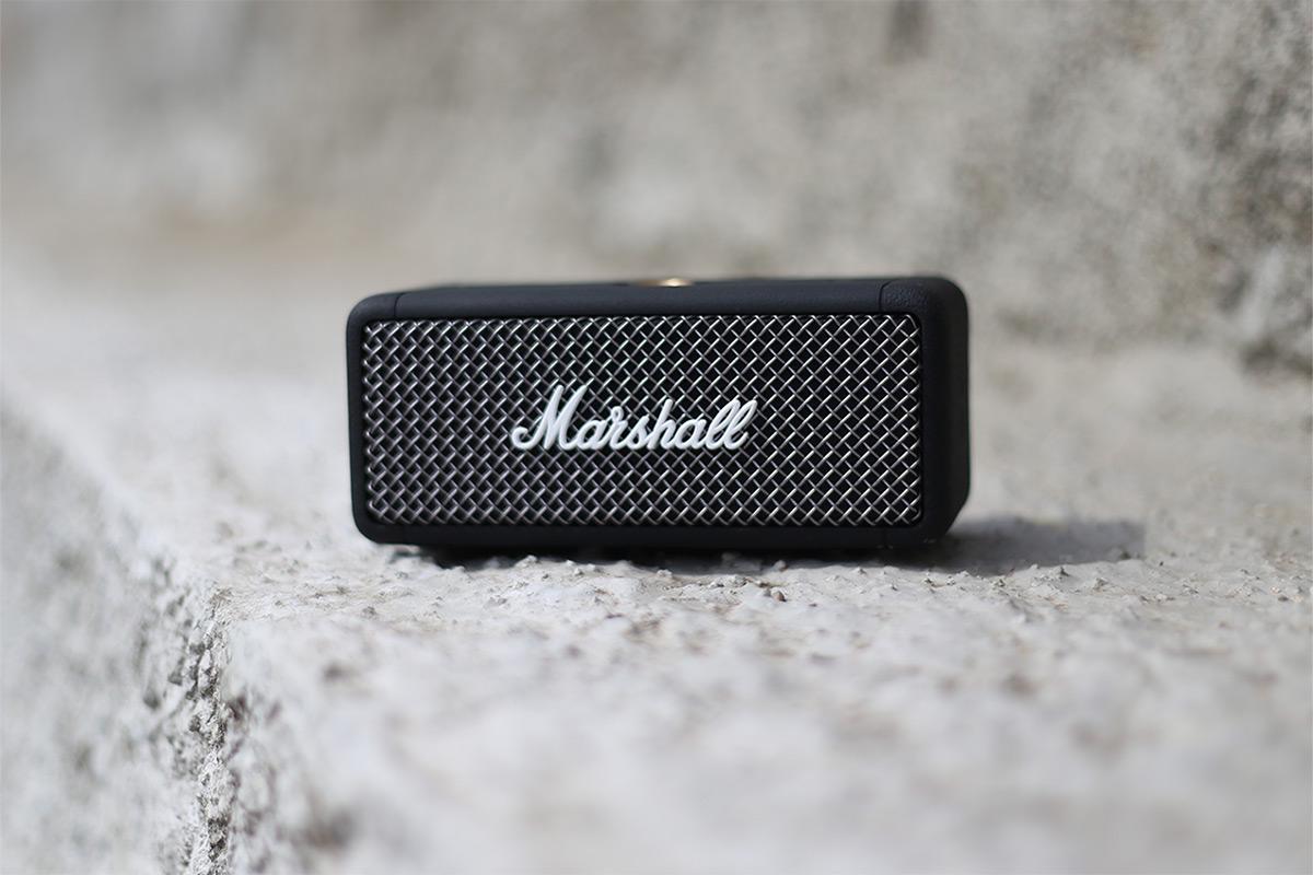 La Marshall Emberton est facilement transportable dans votre sac grâce à son petit gabarit, robuste et étanche.